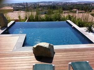 Un exemple de piscine à débordement